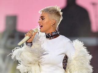 De popartiest heeft het hele weekend camera's in huis ter promotie van haar nieuwe album Witness