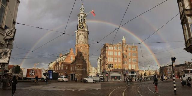 Amsterdam ontwaakt met dubbele regenboog boven de stad