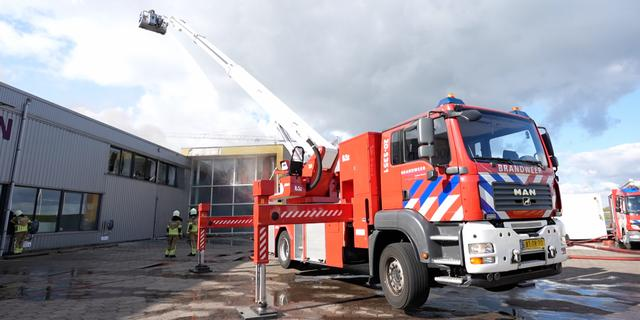 Brandweer vreest drie doden bij woningbrand in haven Werkendam