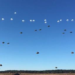 Ruim duizend parachutisten gedropt op Ginkelse Heide