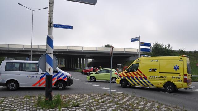 Twee auto's botsen bij kruising Willem Dreesweg