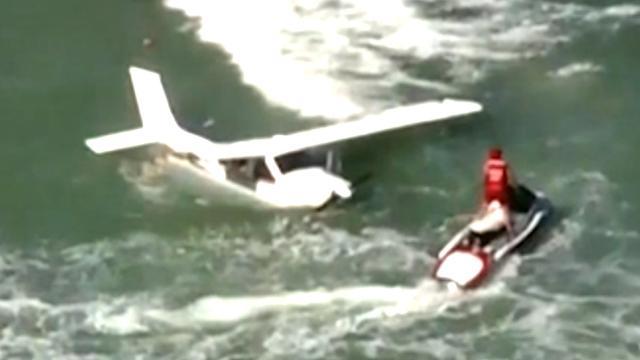 Kustwacht sleept vliegtuigwrak naar de kant na crash VS