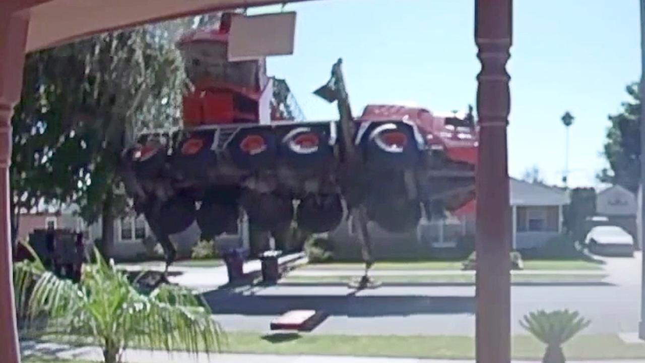 Hijskraan valt op huizen in Californië