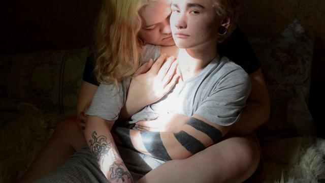 Fotograaf Oleg Ponomarev zette Ignat en Maria op de foto, die beiden transgender zijn. In Rusland werd in juli 2020 een wetswijziging doorgevoerd, die bepaalt dat mannen alleen in het huwelijk mogen treden met een vrouw, en andersom. Doordat Russen hun geslacht niet wettelijk kunnen wijzigen, kunnen transgenderpersonen niet met elkaar trouwen. Ook worden zij vaak uitgesloten van medische hulp en andere basisrechten, waardoor veel transgenderpersonen buiten de maatschappij vallen en hun ware identiteit verborgen houden.