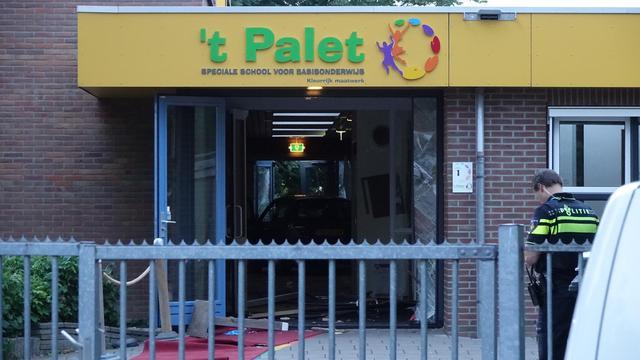 Automobilist rijdt opzettelijk Noord-Hollandse school binnen, geen gewonden