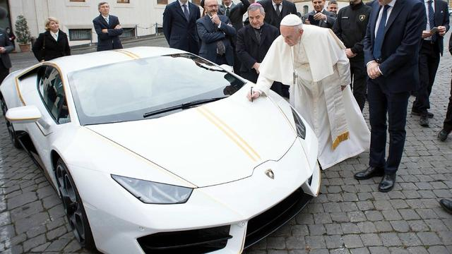 Paus signeert speciale Lamborghini voor veiling