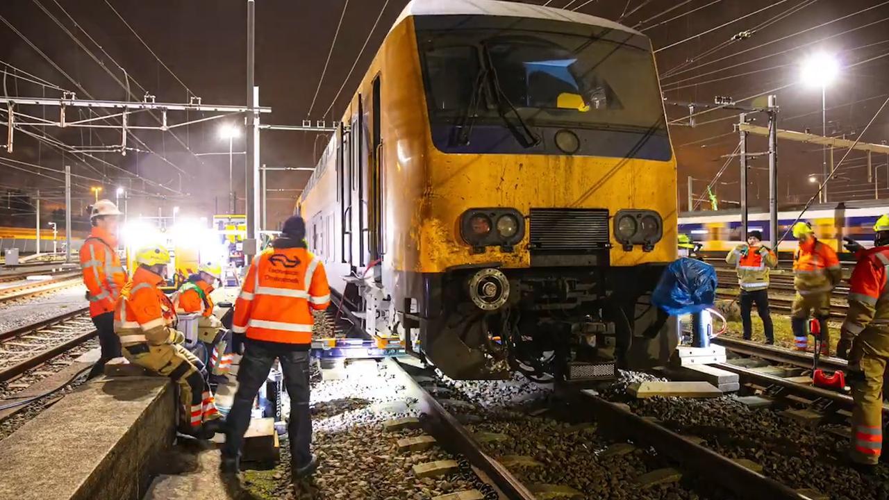 Zo werd de ontspoorde trein bij Den Haag weer op het spoor gezet
