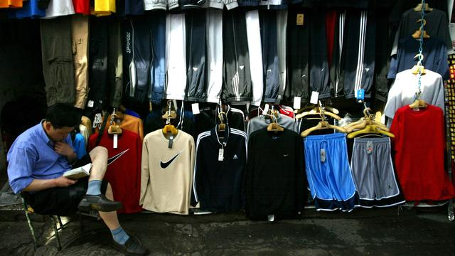 Kledingindustrie loopt miljard mis door nepkleding