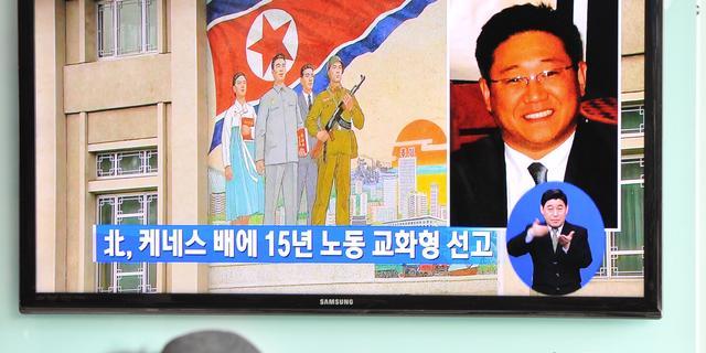 Moeder bezoekt gevangen Amerikaan in N-Korea