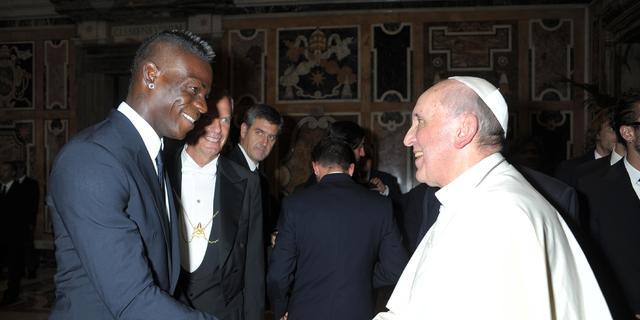 Balotelli en Messi bezoeken paus