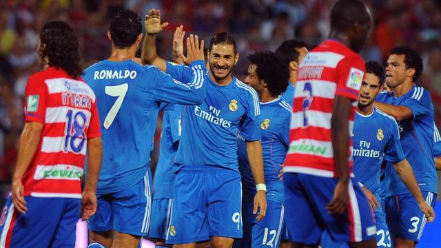 Speler Real Madrid poseert tijdens wedstrijd voor foto fan