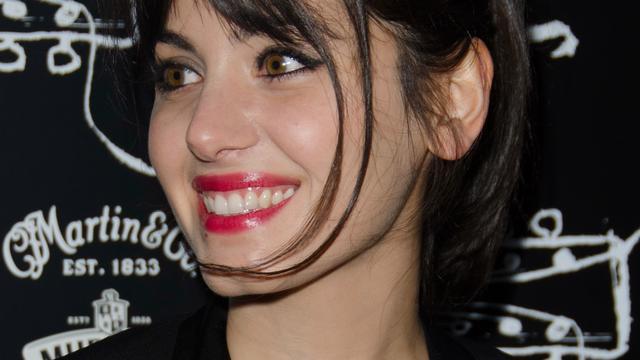 Katie Melua laat levende spin uit oor verwijderen