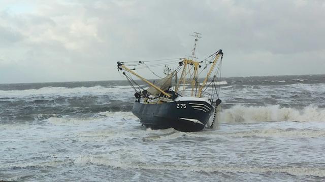 Belgisch vissersschip loopt vast bij Petten