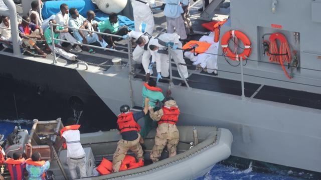 Marineschip VS pikt bootvluchtelingen op