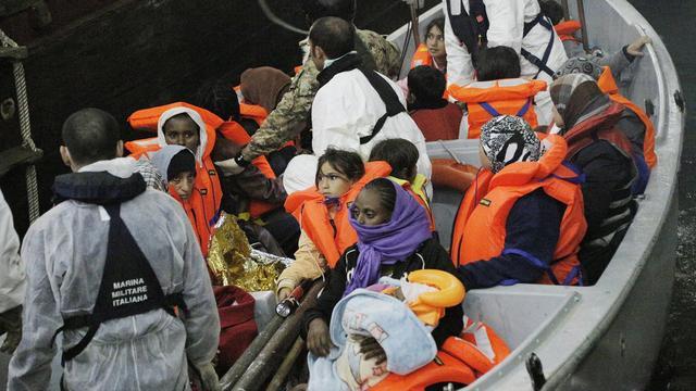 Italië haalt weer honderden vluchtelingen van zee