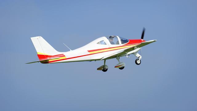 Brit zet wereldrecord vliegtuig besturen als kleinste man