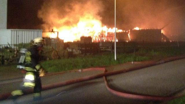 Grote brand verwoest loods Blokzijl