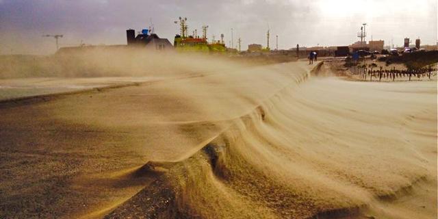 Rijkswaterstaat brengt nieuw zand aan langs kust Scheveningen