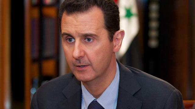 Assad bezoekt vluchtelingen bij Damascus