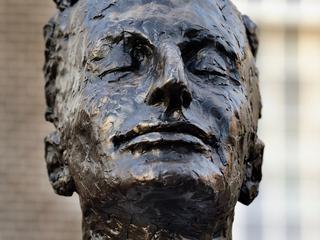 Eerbetoon aan schrijver staat op Grote Markt in geboorteplaats Haarlem