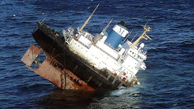 Tanker lekt steeds meer olie voor Spaanse kust