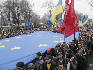 Politie Kiev zou hebben teruggevochten nadat betogers stenen gooiden