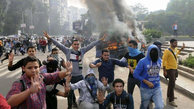 Onlusten bij universiteit Caïro houden aan