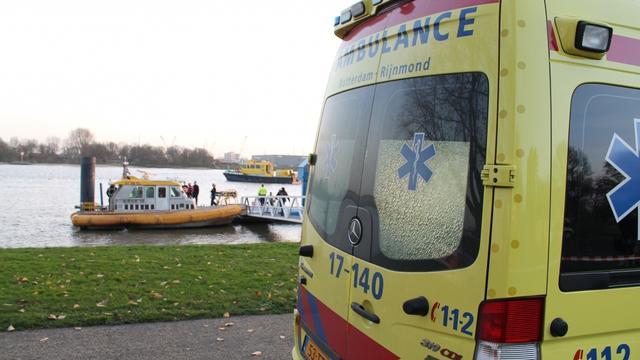 Man overlijdt na auto in water Schiedam