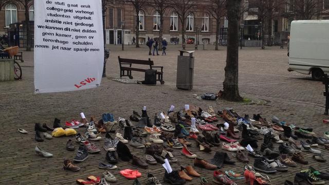 Studenten zetten schoen bij Tweede Kamer