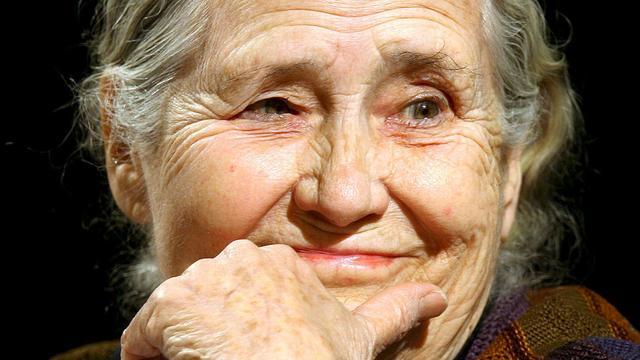 Biograaf van Doris Lessing ontslaat zichzelf