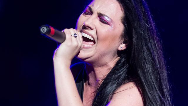 Zangeres Evanescence in de clinch met label