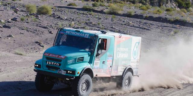 Trucker De Rooy blijft leider in Dakar Rally, Verhoeven valt uit