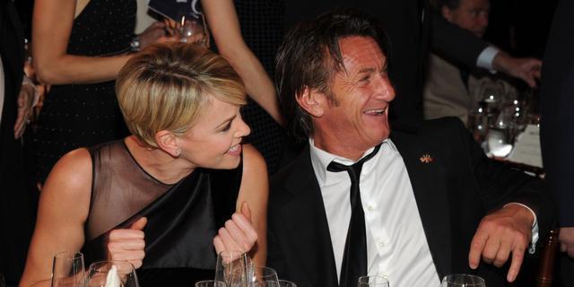 'Charlize Theron en Sean Penn zoenen tijdens gala'