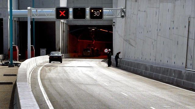 Dronken automobilist rijdt tegen paal bij Westerscheldetunnel