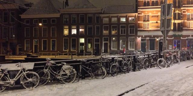 Man schrijft opbeurende boodschap in sneeuw op Grote Markt