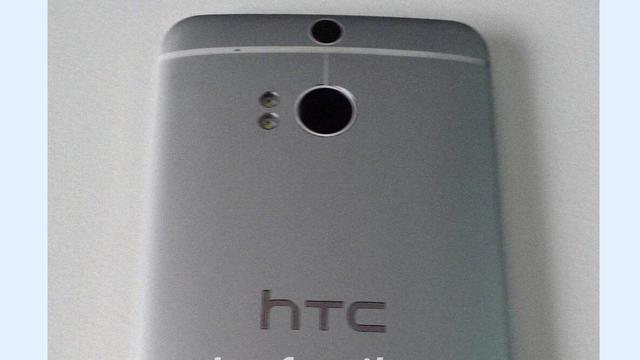 Foto toont HTC-smartphone met twee camera's aan achterkant