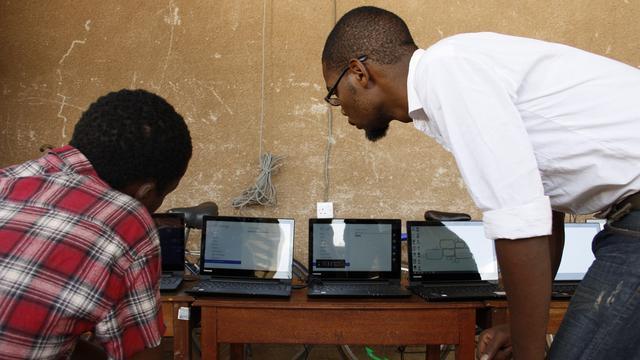 Computeren op zonnestroom in Tanzania