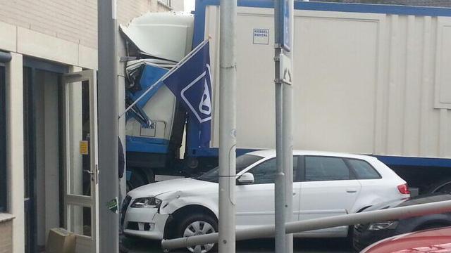 Vrachtwagen ramt gemeentehuis Groesbeek