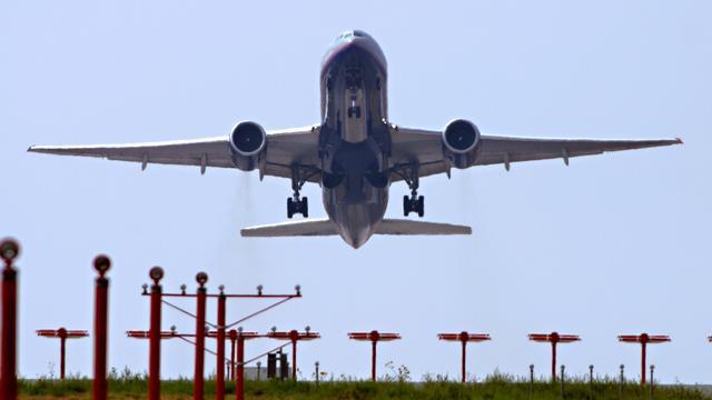 Luchtvaartsector vervoert meer mensen voor minder