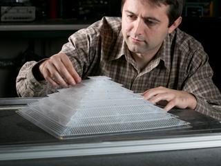 Geperforeerde plastic piramide geeft geluidsgolven door