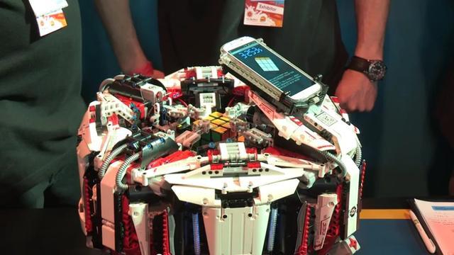 Lego-robot lost Rubiks kubus in drie seconden op
