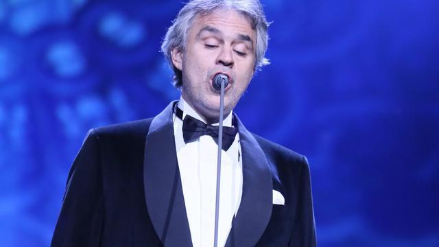 Andrea Bocelli zingt tijdens MTV EMA Awards