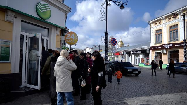 Klanten halen miljoenen weg bij Russische bank