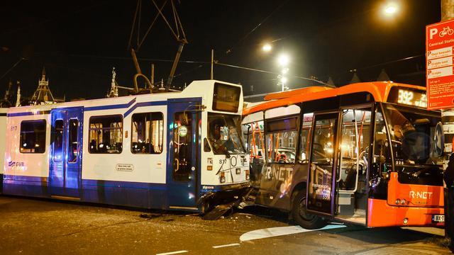 Tram ramt bus op Prins Hendrikkade in Amsterdam