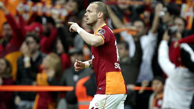 Sneijder beslist Turkse kraker, Liverpool weer aan kop