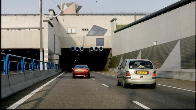Velsertunnel deels dicht door te hoge vrachtwagen