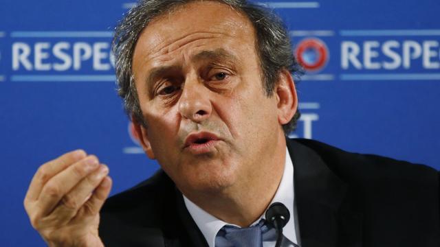 Platini gaat strijd met Blatter om voorzitterschap FIFA niet aan