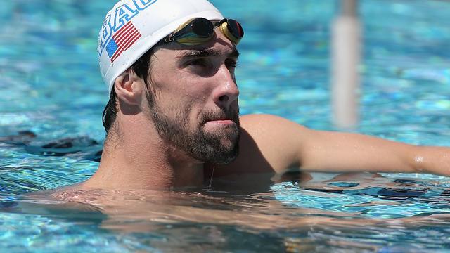 Phelps maakt succesvolle rentree in wedstrijdbad