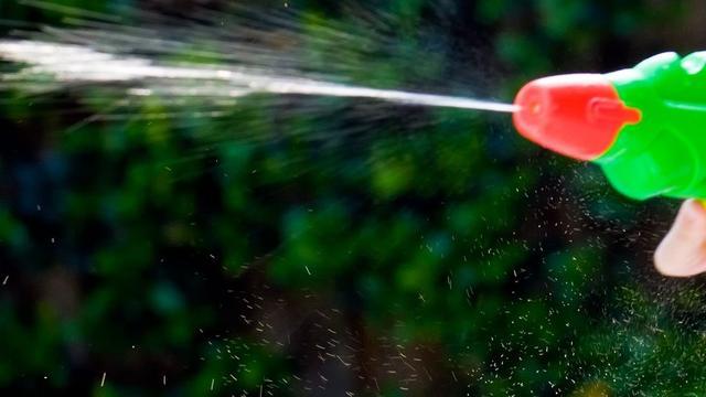 Zakenman spuit urine op vrouwen met waterpistool