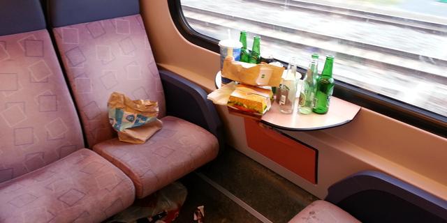 NS gaat mogelijk vuilniszakken uitdelen in trein